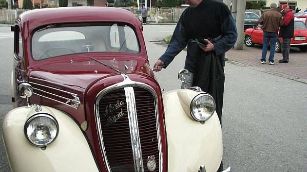 Motoclub Kravaře ve středu 28. října pořádal akci, na kterou se sjelo několik desítek majitelů historických automobilů a motorek.
