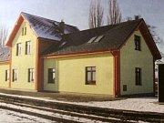Opravená nádražní budova se sociálním bydlením.
