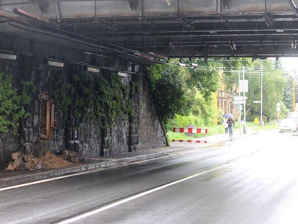 Část zdiva se ze stěny viaduktu zřítila včase, kdy tudy běžně prochází desítky lidí. Jen se štěstím se nikomu nic nestalo.