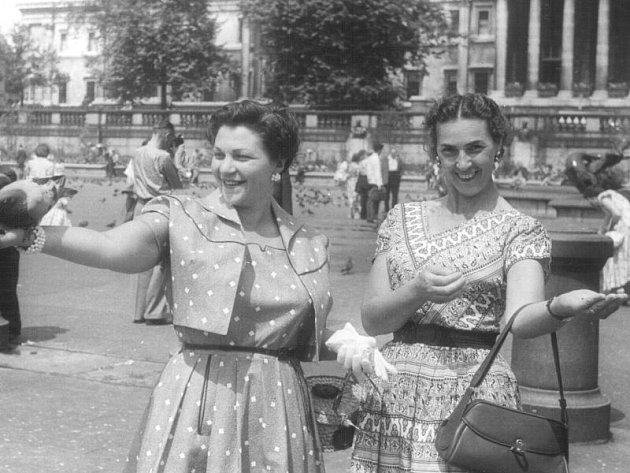 Greta Fisher (vpravo) roku 1954 v Londýně.