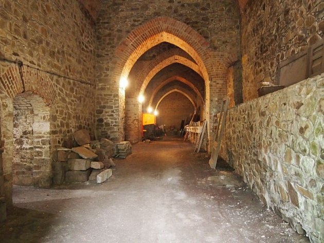 Kvůli natáčení detektivního seriálu Labyrint se musely vyklidit spodní konírny Červeného zámku.
