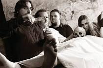 Opavský Sklepmaster při fotografování na poslední CD. Zleva bubeník Oťas, kytarista Vader 66čert, zpěvák a kytarista Scyther a baskytarista Hellthrone.