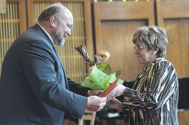 Jednou z oceněných byla ředitelka Základní školy Vrchní Zdeňka Ondrášková. Kytici jí předává primátor Opavy Zdeněk Jirásek ČSSD.