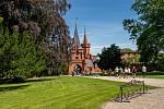 Dění na zámku v Hradci nad Moravicí. Vystoupení Rytířů sv. Grálu u Bílé věže.
