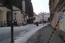 Na padající led ze střechy reagovali ve Slezském divadle. Nebezpečný prostor byl ohraničen páskami.