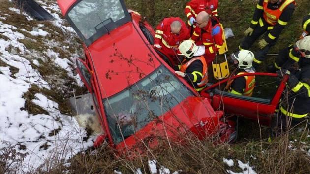 Nehoda osobního automobilu, který sjel ze silnice a narazil do betonového mostu na silnici mezi Opavou a Hradcem nad Moravicí si vyžádala dva zraněné.