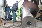 Tříčlenná skupina ve složení Pavel Strakoš, Jindřich Onderka a Jan Folwarczny pracuje na kovové soše už zhruba čtyřicet dnů.
