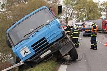 Ve středu krátce po desáté dopolední zablokovala průjezd mezi Dolním Benešovem a Kozmicemi havárka tahače s návěsem a nákladního auta Tatra. Kromě nich se účastníky nehody v nepřehledné zatáčce stala dvě osobní auta.