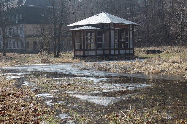 Chátrající Jánské Koupele