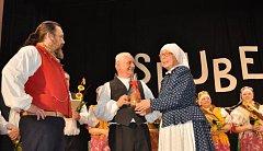 Jan Katolický (uprostřed) sdalšími folkloristy Opavska.