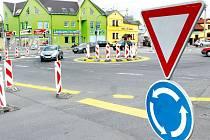 Na křižovatce ulic Ratibořské, Fügnerovy a Vrchní přibyl kruhový objezd, který mnohé řidiče zřejmě překvapuje. Jde však jen o provizorní řešení objížďky v souvislosti s pracemi na železničním přejezdu v ulici Krnovské.