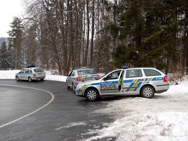Policejní hlídky za krajem města Vítkova ve směru na Podhradí.