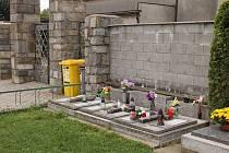 Místo posledního odpočinku lidí, které pohřbí město, je na hřbitově ve Slavkově a jejich ostatky jsou uloženy ve společných urnových hrobech.