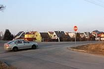 Dosavadní klid obyvatelům těchto domků možná brzy skončí. Ulice Hlavní se změní ve frekventovanou dopravní tepnu.