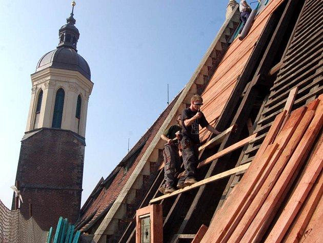 Práce na rekonstrukci střechy konkatedrály není pro každého.