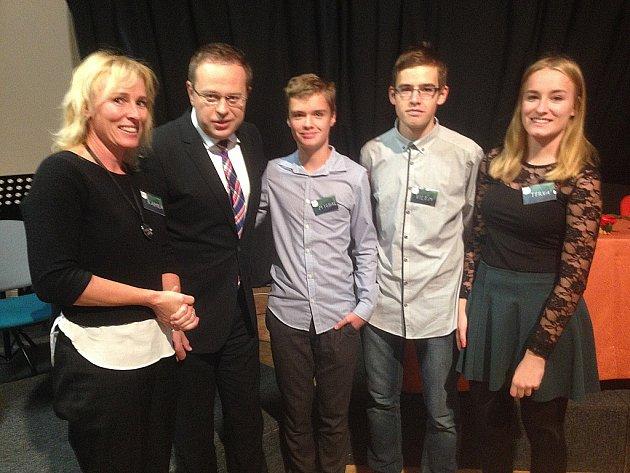 Pedagožka Kamila Tkáčová a studenti Slezského gymnázia společně s moderátorem České televize Václavem Moravcem.