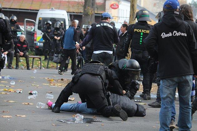 Policisté museli řešit výtržnosti před stadionem během zápasu Opavy sBaníkem.