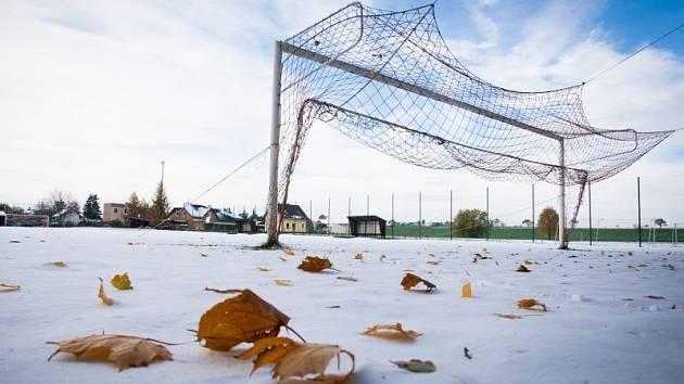 Sněhová nadílka zkomplikovala o víkendu odehrání nižších fotbalových soutěží. (Zlatníky)
