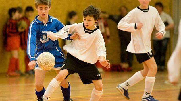 Celkem osm týmů zasáhlo do bojů halového turnaje mladších žáků v Bolaticích. Na prvenství nakonec dosáhli malí fotbalisté z Kravař, kteří v dramatickém finále zdolali domácí Bolatice.