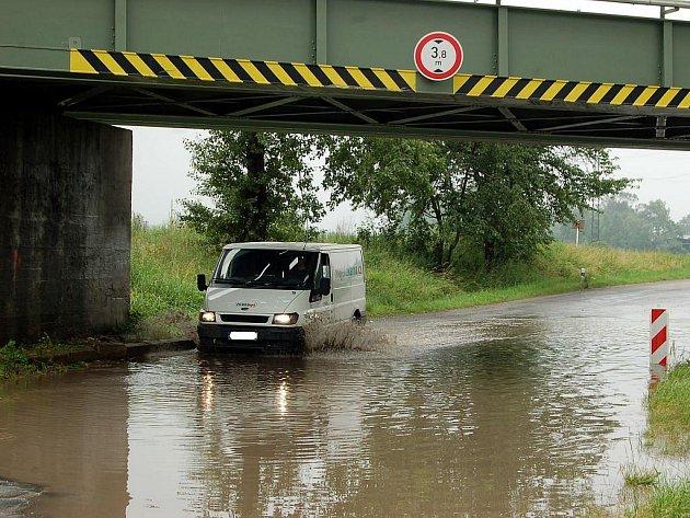 Řidiči, kteří v pondělí projížděli po silnici spojující Kylešovice s Komárovem, si rozhodně nelámali hlavu se značkami zakazujícími průjezd pod tamním železničním viaduktem.