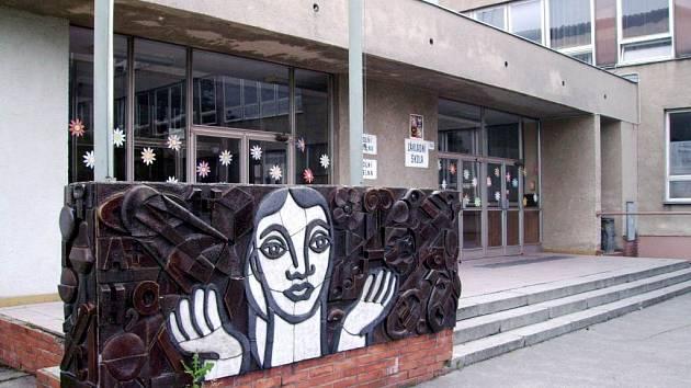 Základní škola v Neplachovicích.  Obec do ní vkládá  peníze, budova jí však stále nepatří.
