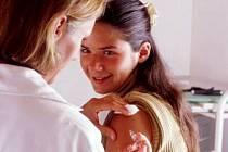 Jedna dávka očkování proti rakovině děložního čípu příjde na tři a půl tisíce korun.