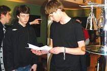 Mladý režisér Štěpán Kopečný během natáčení filmu 11pm.