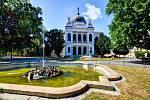 Město Opava je protkáno parky a vodotrysky. Na snímku v pozadí Slezské muzeum.