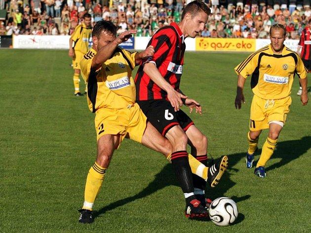 Doslova za pět minut dvanáct se zachránili hlučínští fotbalisté ve II. lize. V Třinci se spasil dvěma góly slovenský rychlík Miroslav Toth (vpravo).