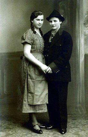 Kordulka (vlevo) vmládí hrála ochotnické divadlo ve Velkých Hošticích.