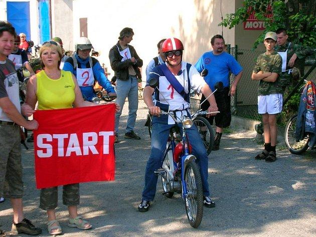 První závodník přijíždějící na start.