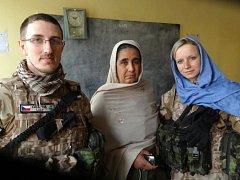 Nafisa Baha, ředitelka školy Bibi Amena, s českými vojáky při jejich návštěvě ve školce.