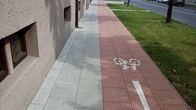 Cyklostezku na Roosveltově ulici v Opavě prý lidé nechápou.