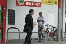 Prodejci nabízejí magnetky sdružení Pomozte zpátky také v centru Opavy, Ostravy a Šumperka. Z Olomouce už odešli.