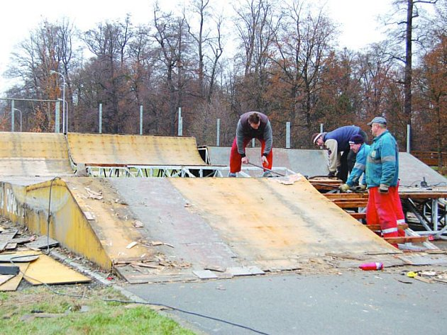Bruslaři a skateboardisté sem nějakou dobu nezavítají. Jejích oblíbený park je totiž momentálně v troskách.