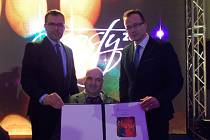 Ocenění převzal v Třebíči (zleva) autor mapové aplikace z odboru IT opavského magistrátu Marek Drozdek, autor projektu Pavel Carbol a náměstek Igor Hendrych.