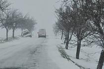 Středa 19. dubna. Silnice mezi Opavou a Fulnekem byla ve středu sjízdná jen velmi těžce. Mezi Lesními Albrechticemi a Jelenicemi pak skončil automobil v příkopě.