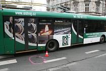 Nezvyklá, ale o to vážnější nehoda se odehrála v pátek zhruba pět minut před osmou hodinou ranní na křižovatce ulic Husova a Olomoucká v Opavě.
