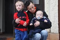 Ingrid Podhradská s dvěma z pěti svých dětí před hotelem Slezský Dvůr ve Vítkově Podhradí, kde našla dočasné útočiště.