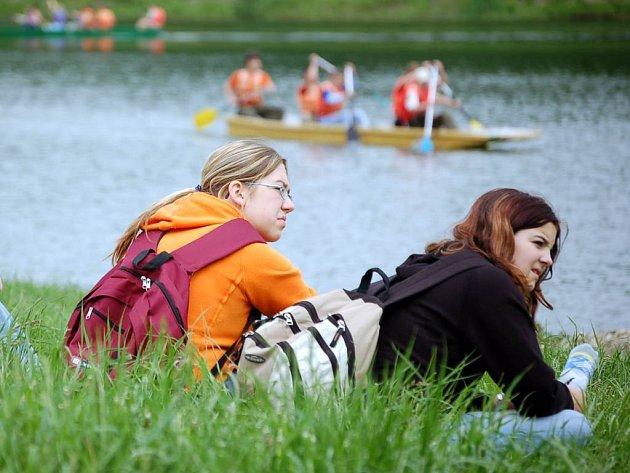 Stříbrné jezero v Opavě je oblíbeným rekreačním místem. Radnice brzy ukáže, jaké plány do budoucna s ním má.