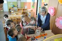 Žáci Mateřské školy Opava, 17. listopadu se seznamují s polytechnickou výukou.