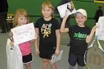 Hradecké tenisové naděje. Zleva: Karolína Heiderová, Natálie Byrtusová, Karel Onderka.