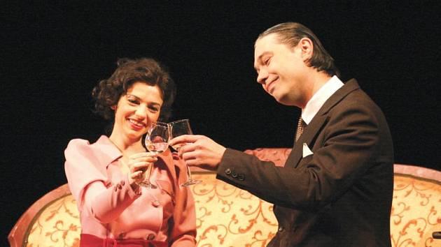 Lída Baarová (Sabina Muchová) a její milenec Gustav Frőhlich (Jakub Stránský).