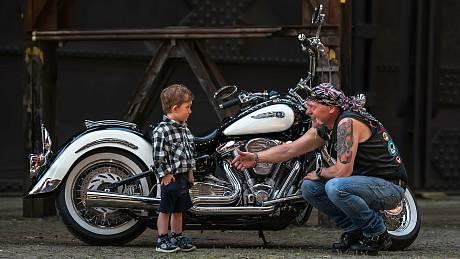 Motorkáři vydali už sedmý kalendář na podporu nemocných dětí.