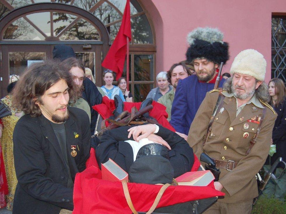 Konec revolucionáře. V. I. Lenin už po nabalzamování je odnášen hrstkou věrných od minoritského paláce do mauzolea v Lidovém domě, kde bude jeho rakev vystavena pro všechny truchlící.