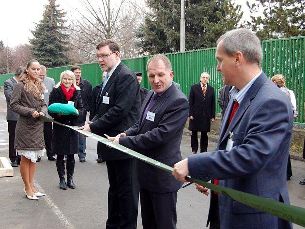 Předseda představenstva Ostroje Vladimír Trochta (uprostřed) minulý týden při otevření nové nástrojárny. Ostroj plánuje letos celkové investice za stovky miliónů korun.