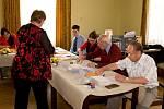 Poslední přípravy ve volební místnosti v Žimrovicích.