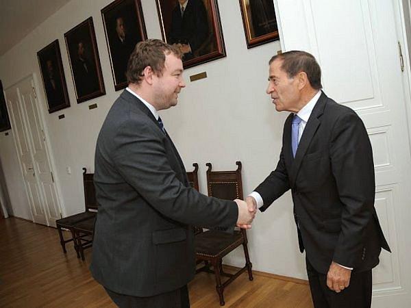 Kanadský velvyslanec Otto J. Jelinek (vpravo) a primátor Opavy Martin Víteček.