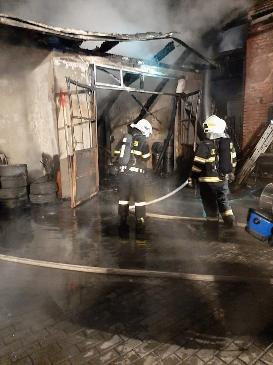 Hasiči zasahovali u požáru garáže v Bolaticích.