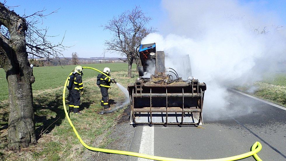 Požár nakladače poblíž Svatoňovic.